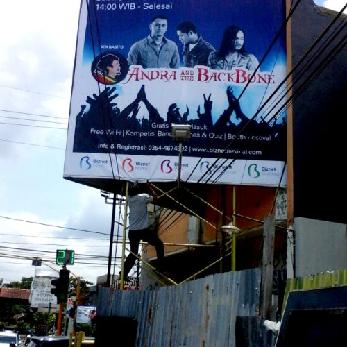 proses-pemasangan-billboard-BIZNET-di-malang-2-616x1024